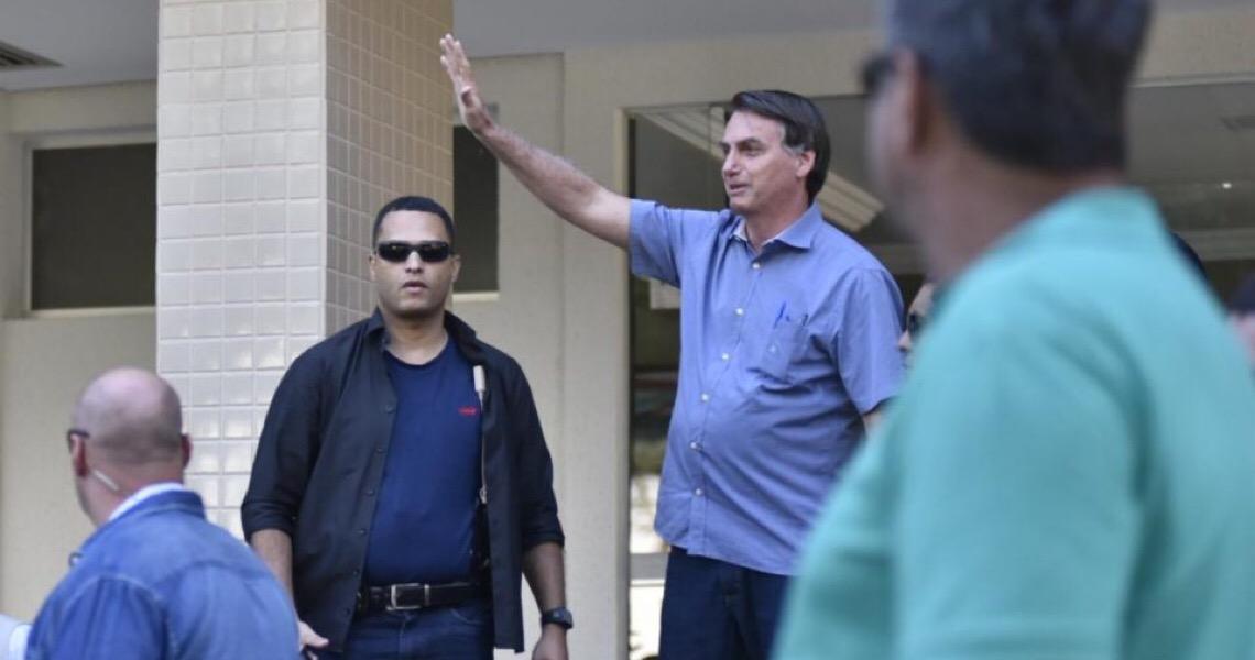 Jair Bolsonaro visita filho sob protestos e aplausos