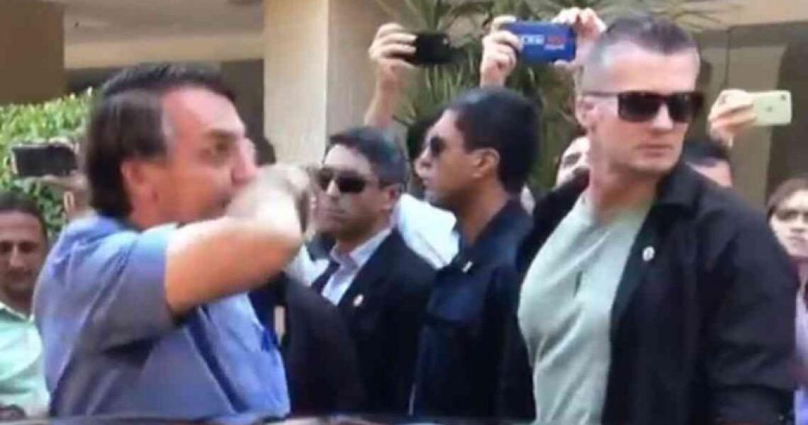Era só o que faltava! Bolsonaro limpa o nariz e depois aperta mão de idosa no meio da rua