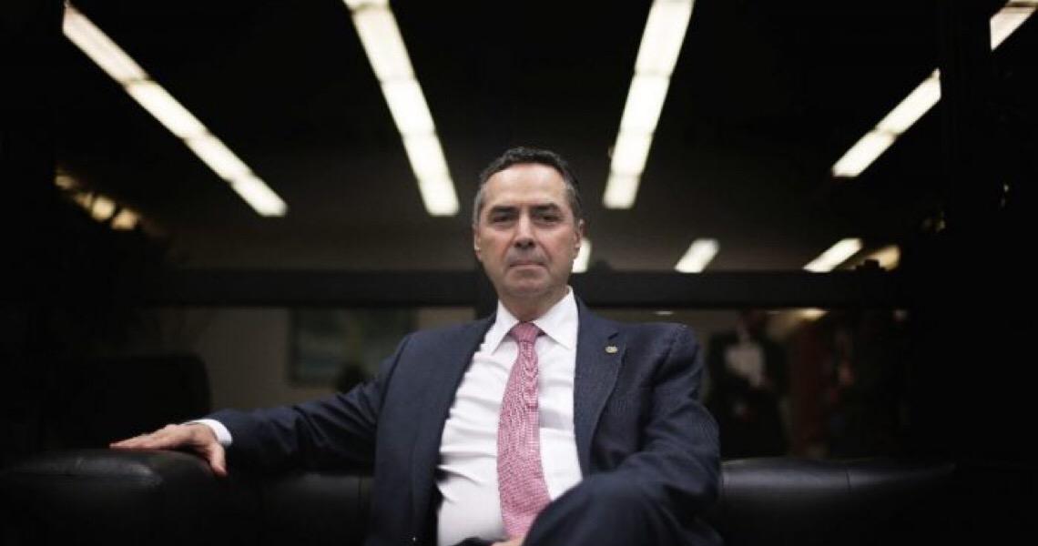 Luís Roberto Barroso é eleito presidente do TSE