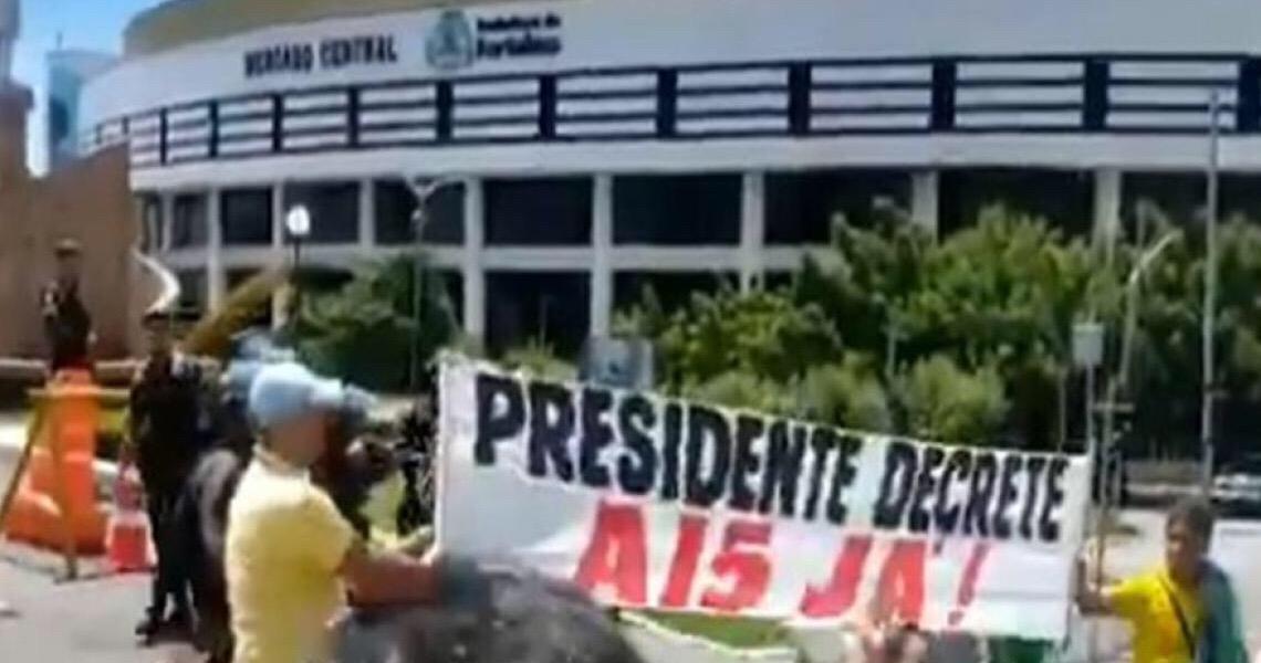 'Esses políticos têm que entender que estão submissos à vontade do povo brasileiro', diz Bolsonaro
