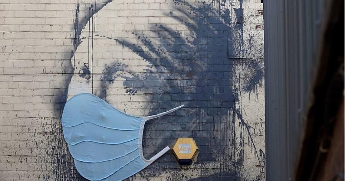 Obra de Banksy ganha máscara facial contra o coronavírus