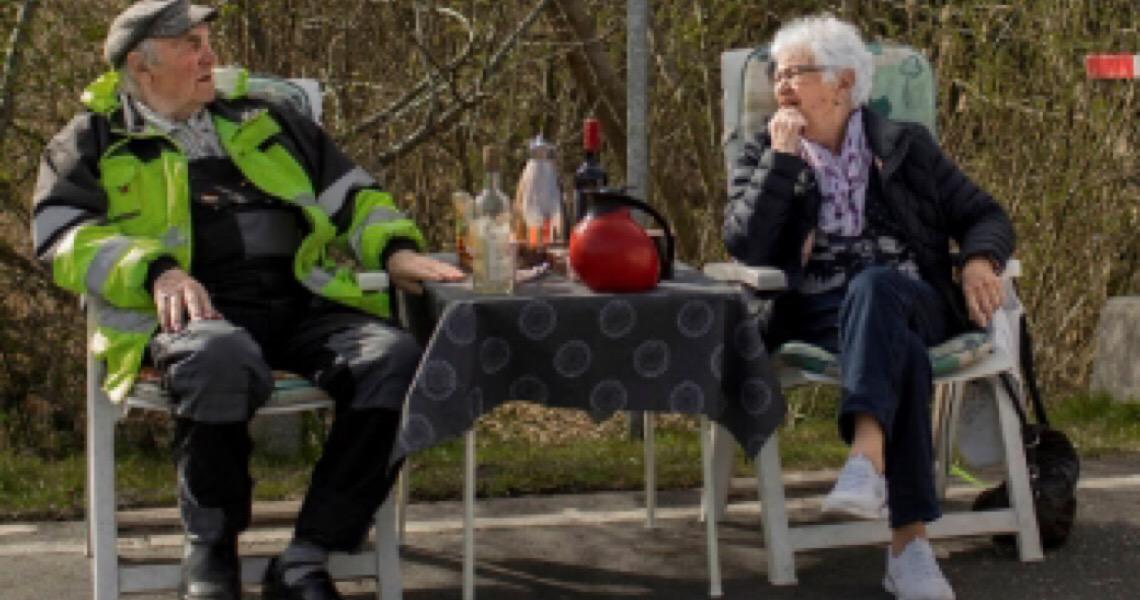 Casal de idosos europeus vive amor na fronteira fechada pela crise