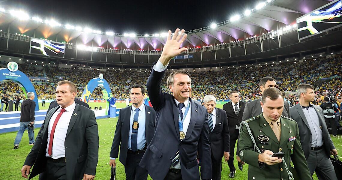 Bolsonaro defende volta do futebol e diz que chance de jogador morrer é