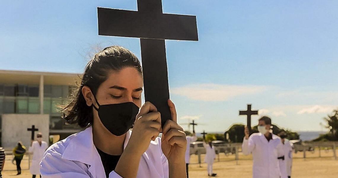 Vídeo: Enfermeiros homenageiam vítimas da Covid-19 e são hostilizados no DF