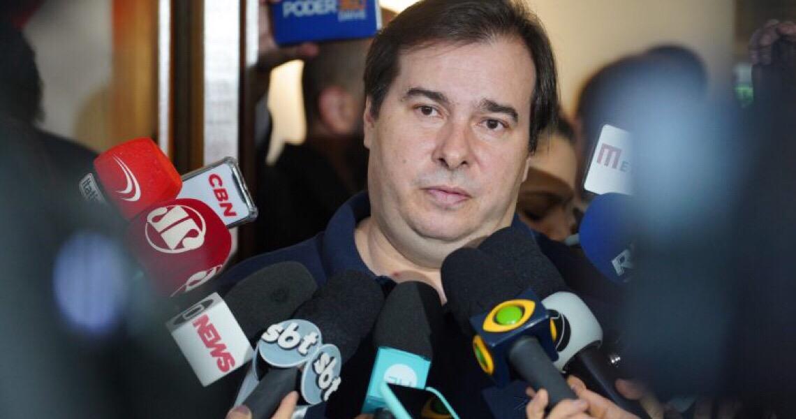 O que significa silêncio de Rodrigo Maia em meio à crise de Bolsonaro com STF?