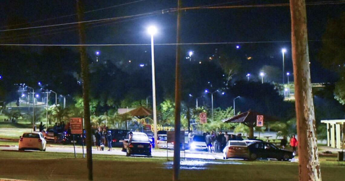 Pandemia avança no DF, mas jovens ignoram e fazem festinhas no Lago Paranoá