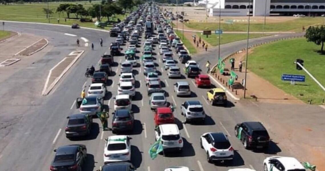 Contra Rodrigo Maia e ministros do STF, milhares fazem carreata na Esplanada dos Ministérios
