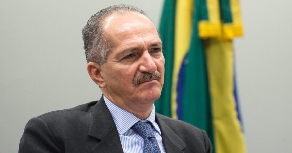 """""""Atormentado, Bolsonaro não tem apoio militar para golpe"""", diz ex-ministro"""