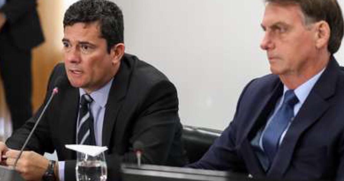 Bolsonaro mostra conversa com Moro no celular e diz que ex-ministro vazou informações do governo