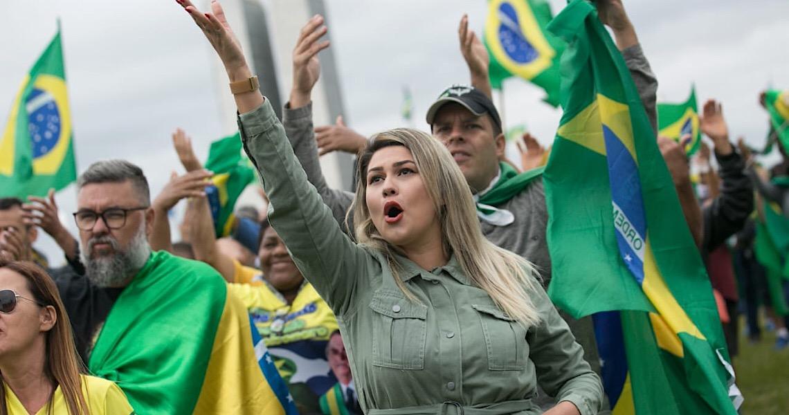 Manifestantes furam quarentena e protestam a favor de Bolsonaro