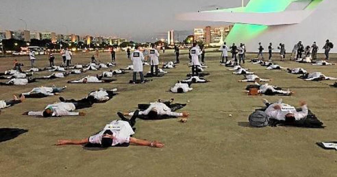 Homenagem à linha de frente. Brasil chega a 12 mil mortes; 881 em 24h