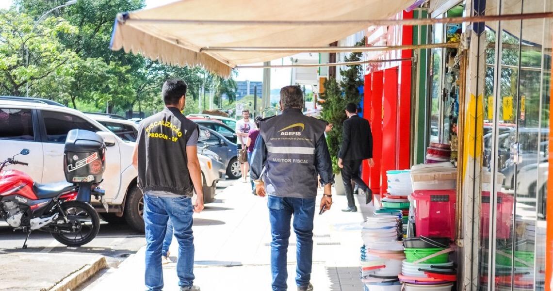 Ibaneis Rocha autoriza funcionamento de lojas de calçados, roupas, extintores e serviços de corte e costura no DF