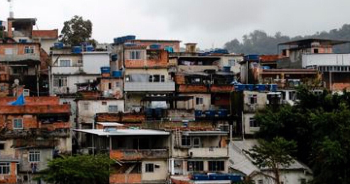 Quase dois terços das favelas no Brasil estão a menos de dois quilômetros