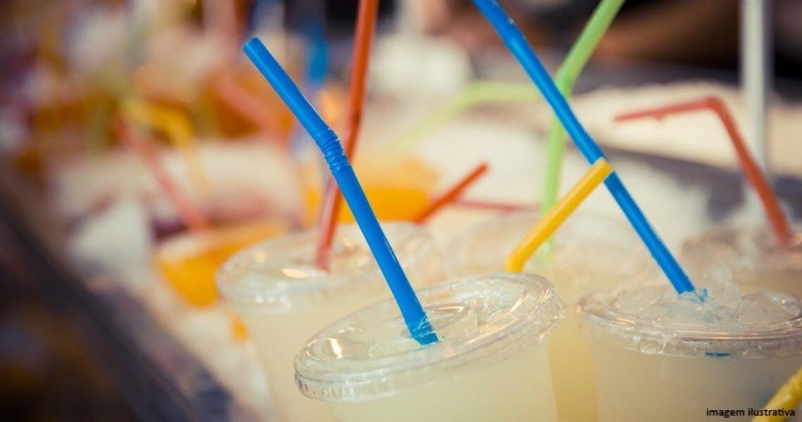 TJ do DF mantém lei que determina a substituição de canudos e copos plásticos