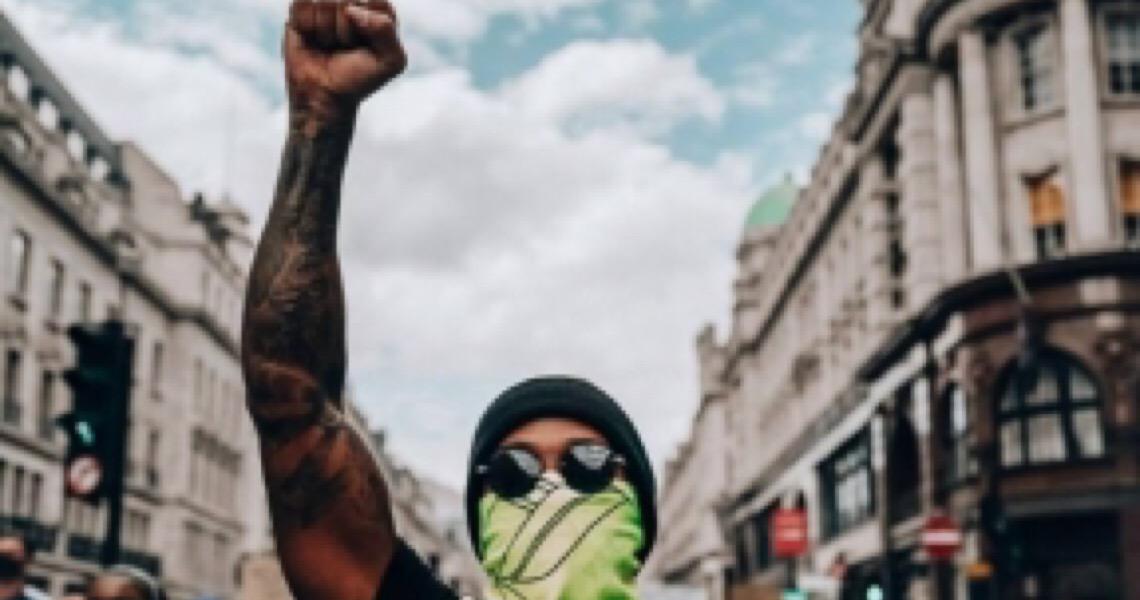 Hamilton se disfarça e vai às ruas de Londres participar de protesto contra o racismo