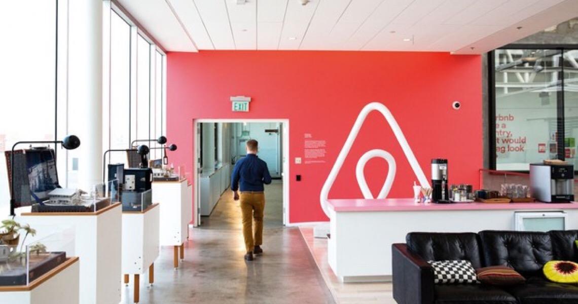 """""""Perdemos quase tudo"""": Fundador do Airbnb demitiu 2 mil e cogitou falência"""