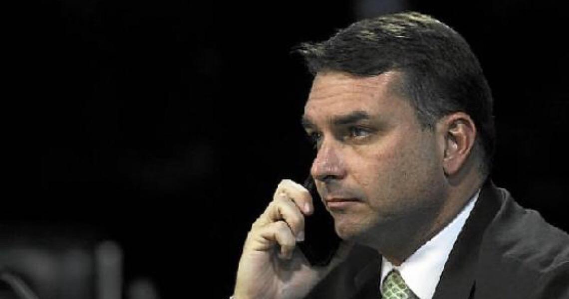 Senador Flávio Bolsonaro parte para cima de seu suplente no Senado