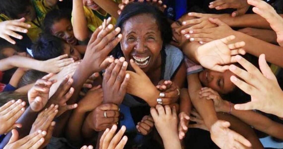 Ex-gari e analfabeta transforma a vida de 360 crianças pobres