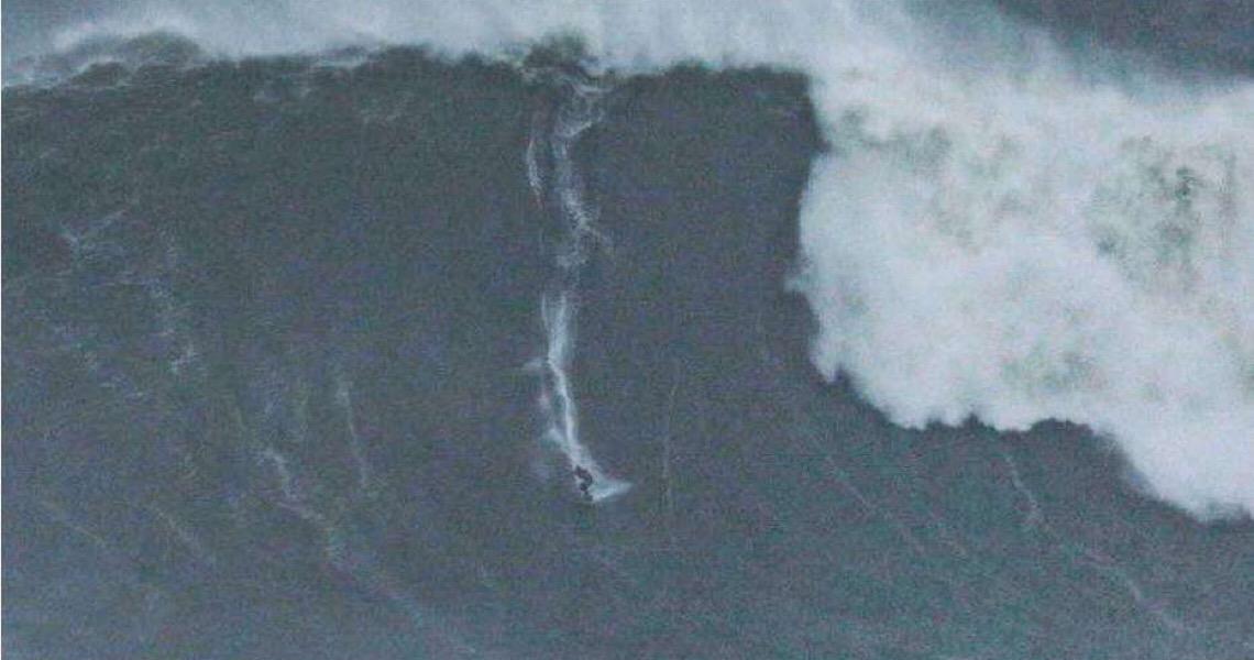 Brasileiro pode bater recorde mundial após surfar onda gigante em Nazaré