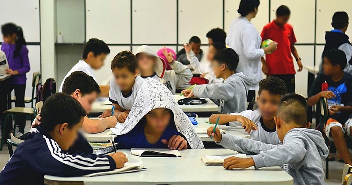 Volta às aulas pode aumentar mortalidade de crianças por covid-19, diz especialista