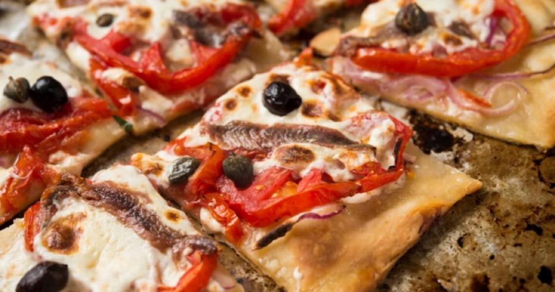 Torta de tomate com mussarela fresca e anchova