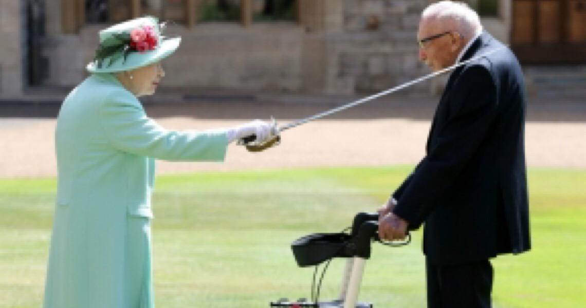 Rainha Elizabeth II reaparece para condecorar capitão Tom Moore