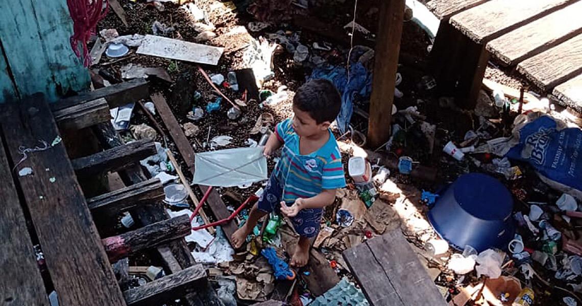 Como vivem os moradores de uma das maiores favelas de palafitas do Brasil