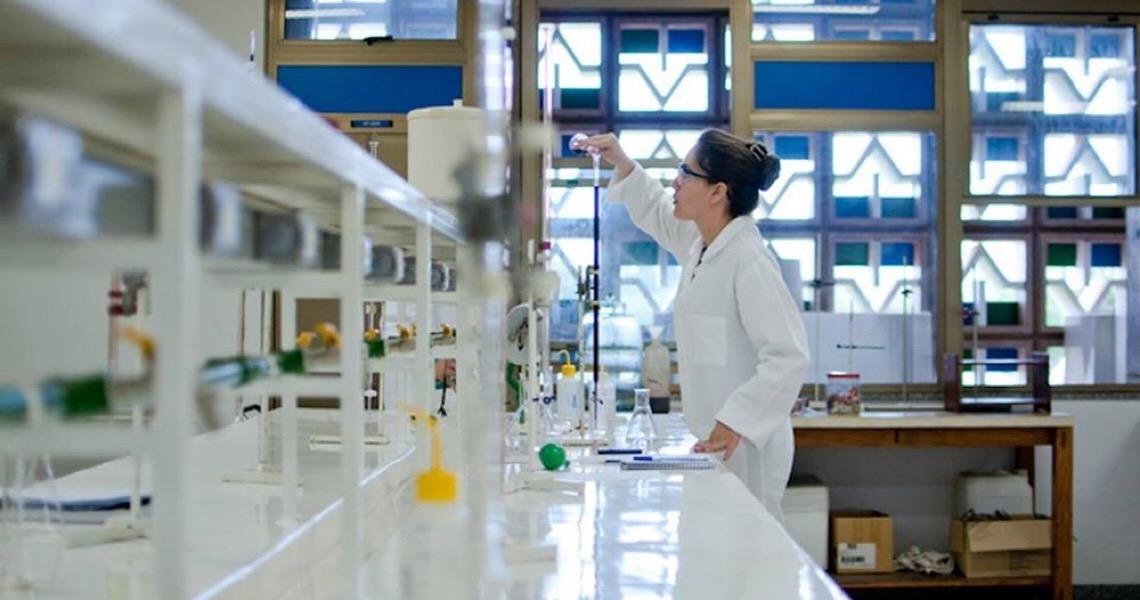 Vacina de Oxford para covid-19 é segura e induz resposta imune, dizem cientistas