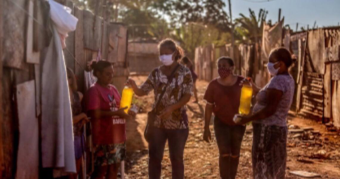 Mulheres produzem sabão caseiro para ajudar comunidade de Brasília a combater covid-19