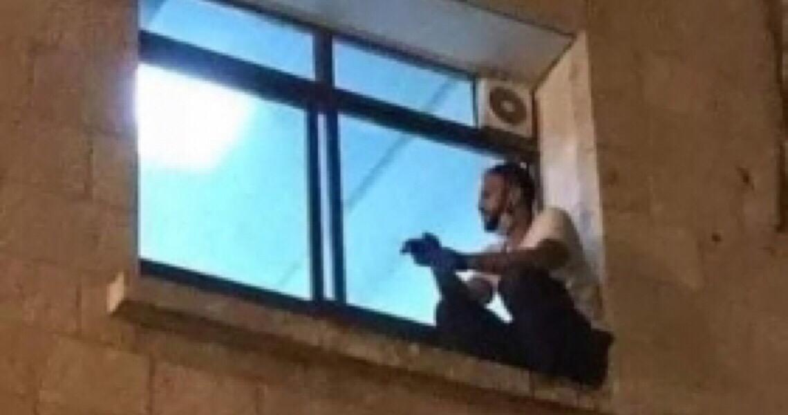 'Cuidem dos velhos', diz homem que escalou parede de hospital para ver mãe com Covid-19 na Cisjordânia