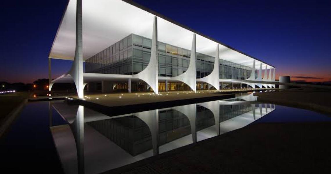 Mandato do presidente nem chegou à metade e a corrida ao Palácio do Planalto está aberta