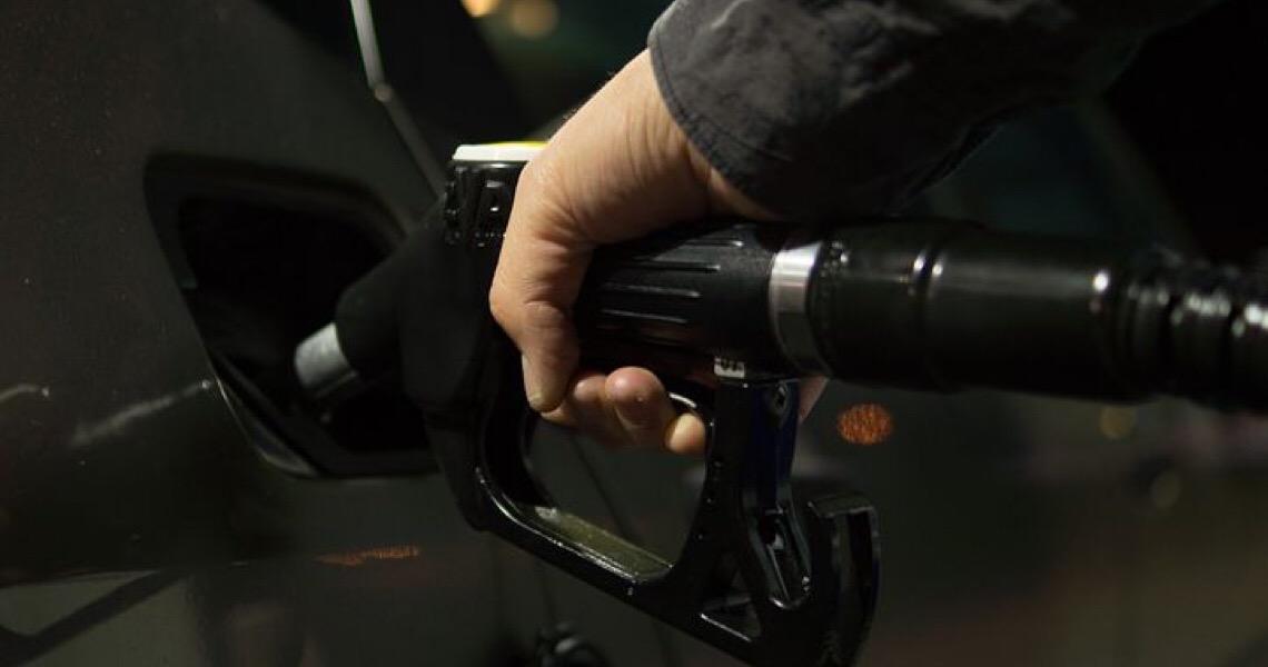Posto de combustível deve ressarcir cliente após problemas com produto adulterado