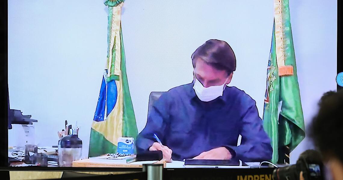 Jair Bolsonaro veta prioridade a mulher no pagamento do coronavoucher
