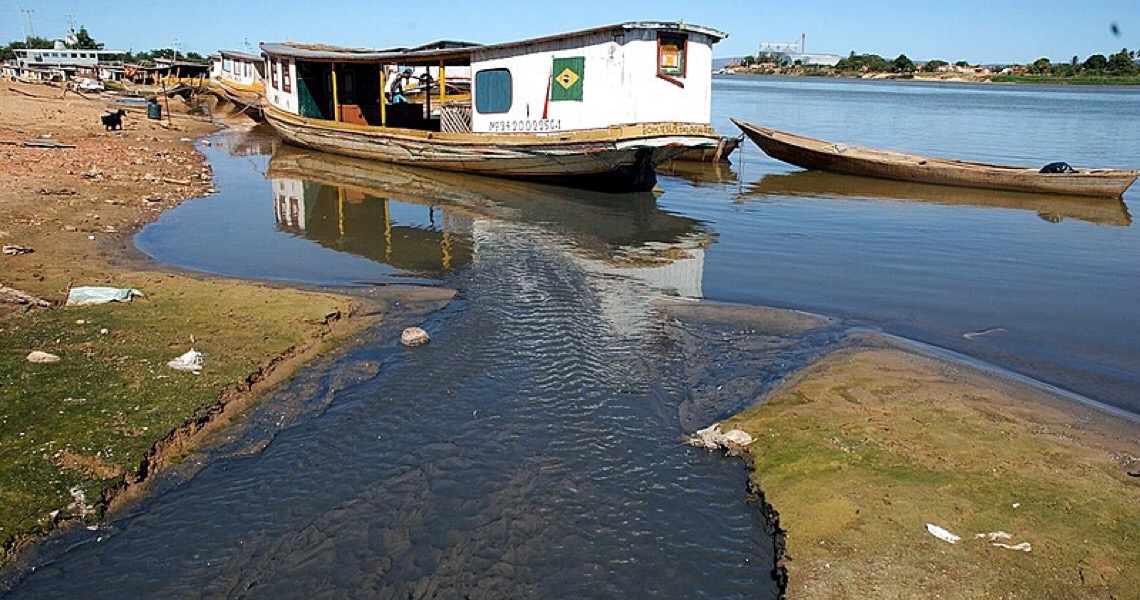 Águas cercadas: Como o agronegócio e a mineração secam rios no Brasil