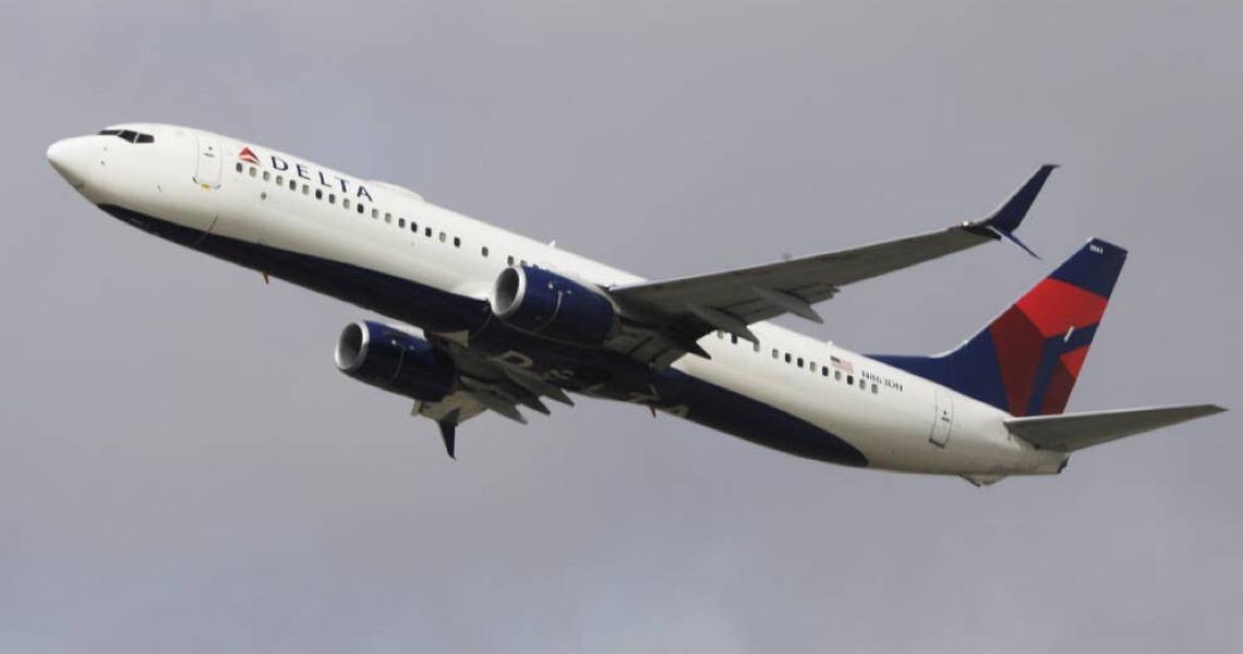 Um avião foi impedido de decolar após dois passageiros recusarem-se a usar máscaras