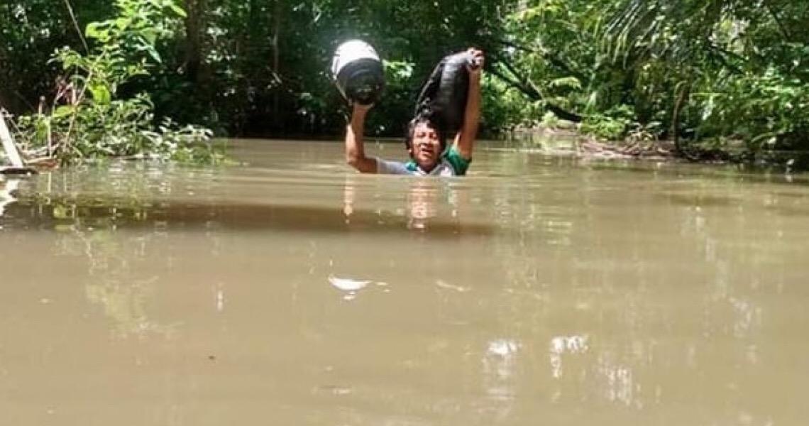 Professor percorre 30 Km e atravessa igarapé com água no pescoço para imprimir atividades de alunos indígenas em RR