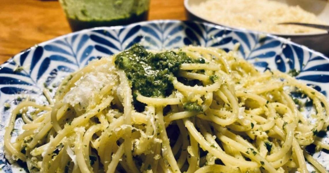Espaguete com pesto de salsinha e anchova