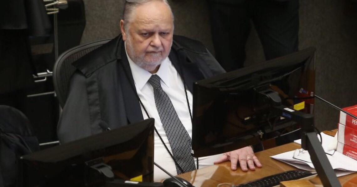 Fischer derruba prisão domiciliar de Queiroz e o manda de volta para cadeia