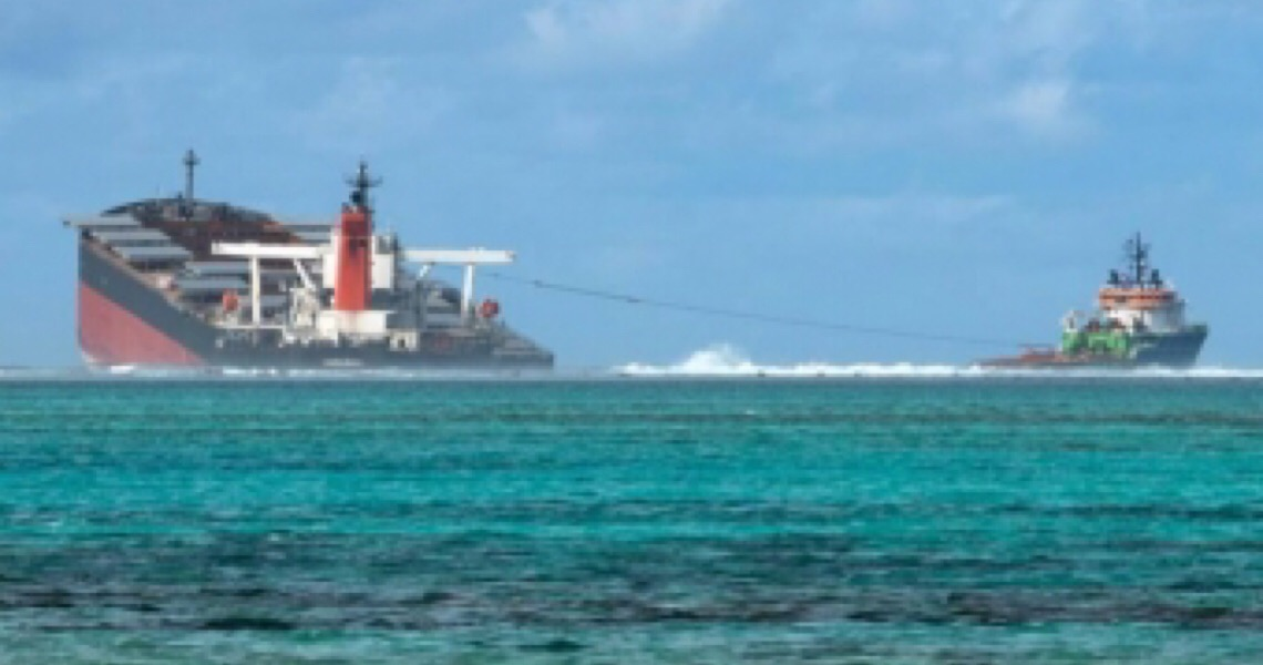 Navio encalhado nas Ilhas Maurício se parte em dois e provoca derramamento de petróleo