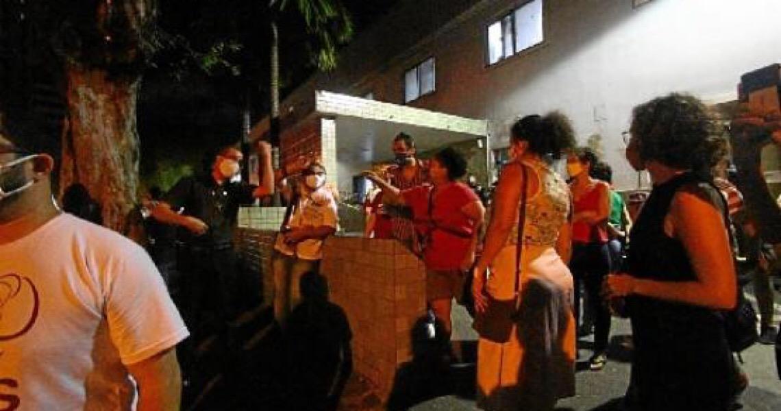 Protesto contra aborto de menina. Ativistas tentaram invadir a unidade, mas a PM impediu