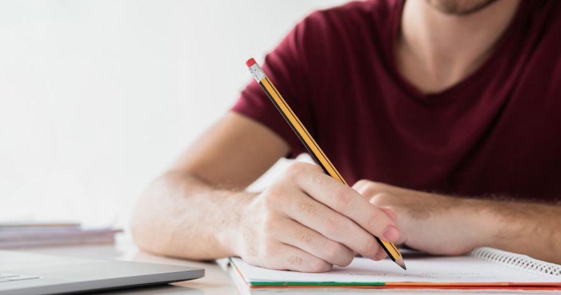 Pesquisas revelam que estudar fazendo anotações à mão traz melhorias para o aprendizado