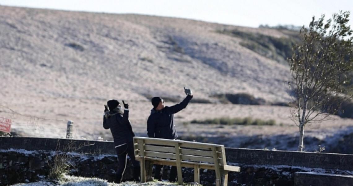 Turistas lotam regiões serranas de SC e RS para ver neve