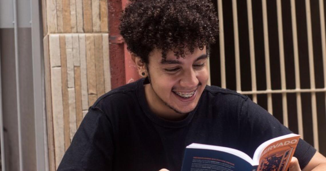Quem é o jovem brasileiro que vendeu e autografou livro para o presidente de Portugal