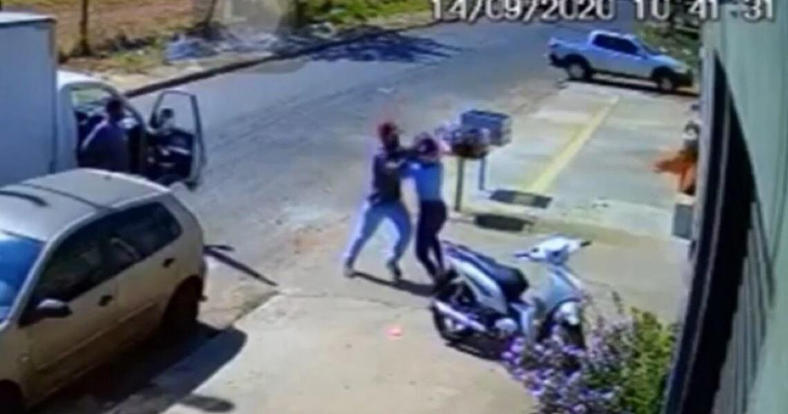 Homem é flagrado agredindo e tentando atropelar a ex em Goiânia; veja vídeo