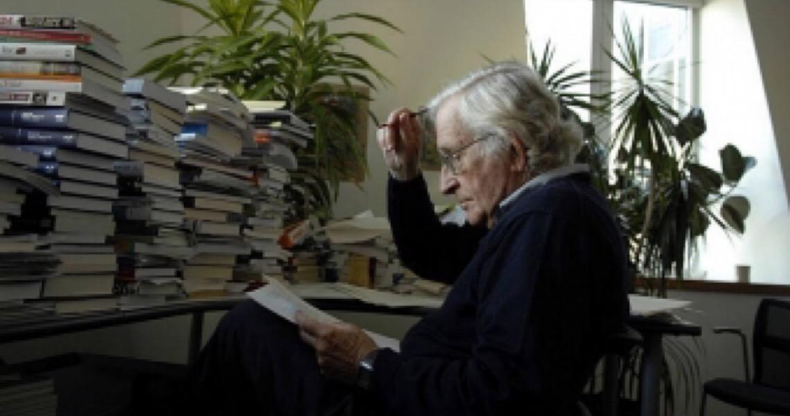 'Competição para lucrar com vacinas é ultrajante', diz Noam Chomsky