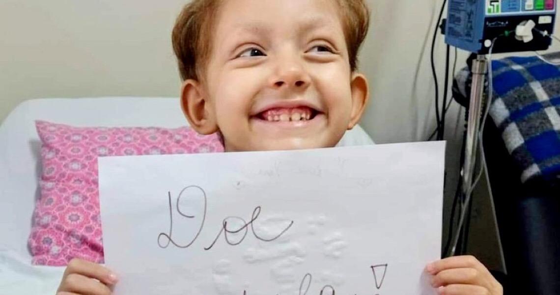 Menina de 6 anos com leucemia faz campanha para encontrar doador de medula óssea: 'Preciso de você'