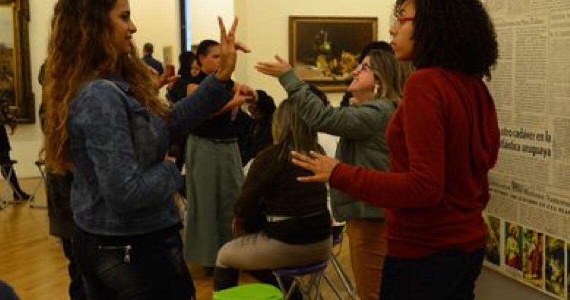Jovens surdos e intérpretes buscam ar da inclusão