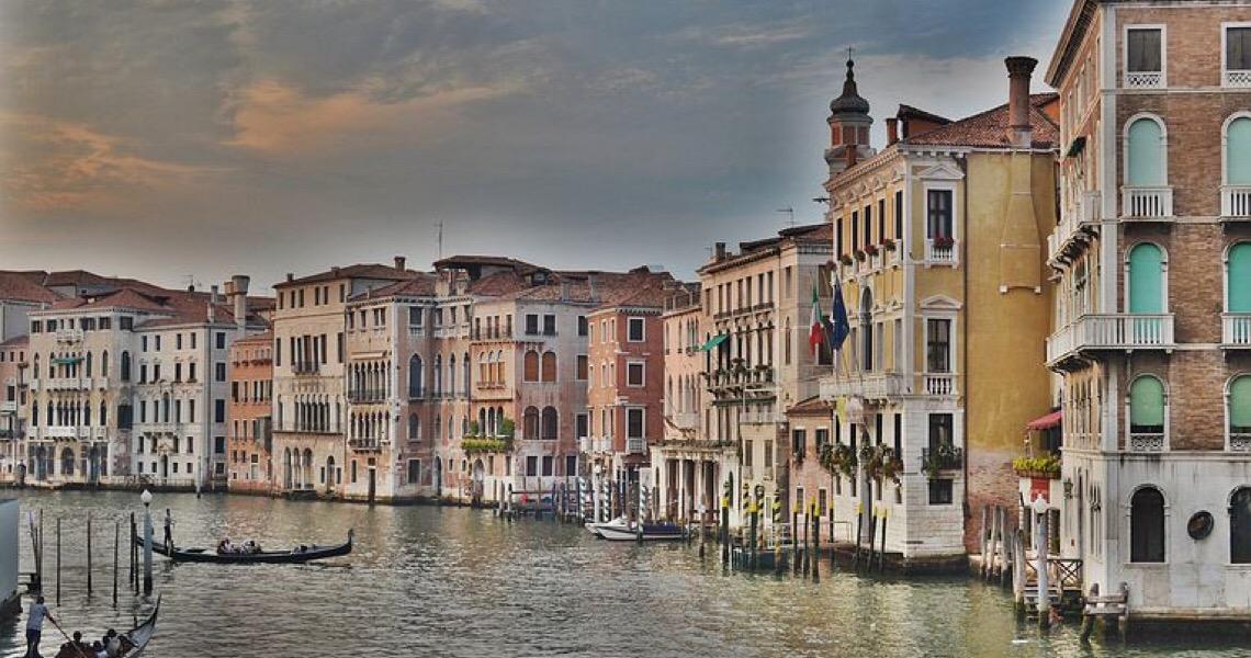 Barreira contra enchentes barra maré em Veneza
