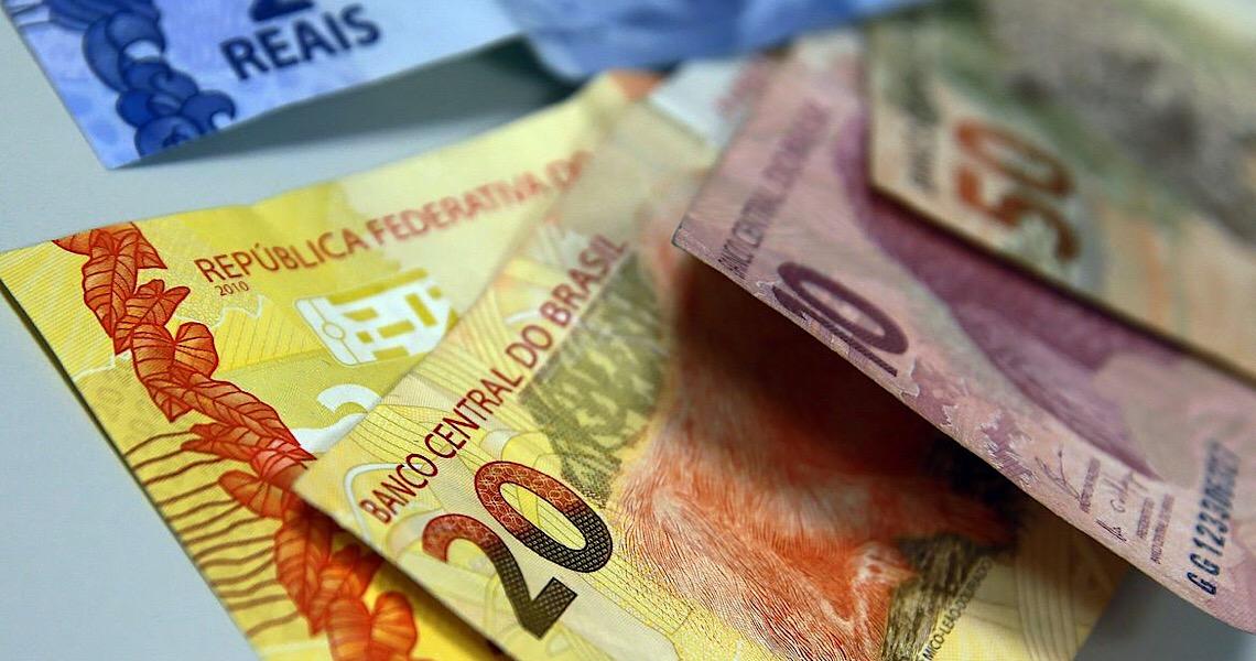 A surra do real. O real despencou frente ao dólar 41% e ao euro 47,6%
