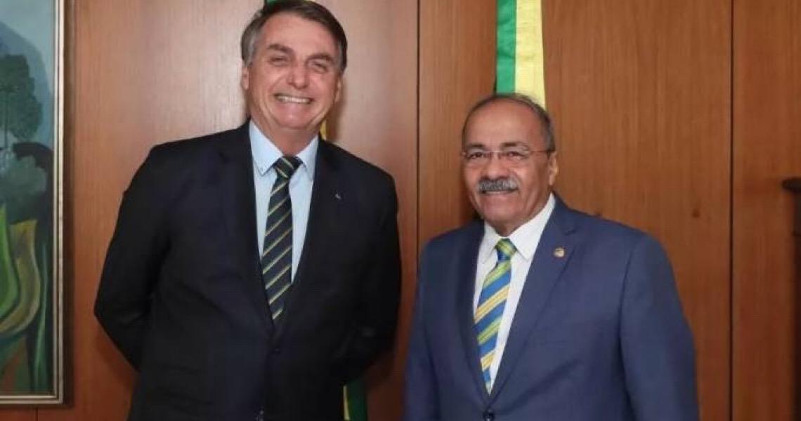 """A união estável de Bolsonaro com o senador que tinha dinheiro """"nos fundos"""""""